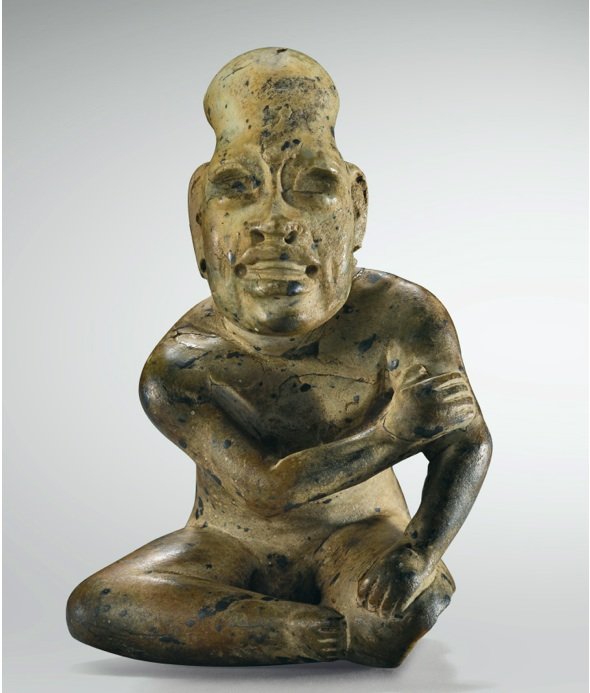 Lot 131. STATUETTE ANTHROPOMORPHE, HOMME ASSIS, CULTURE OLMÈQUE, RÉGION DE LA VENTA, MEXIQUEPRÉCLASSIQUE, 900-600 AV. J.-C. OLMEC STONE FIGURE OF A SEATED MAN, MEXICO, h. 10 cm ; 4 in. Estimate: 300,000-400,000 Provenance Galerie Merrin, New York, 1976 Collection Barbier-Mueller, Genève, Inv. n° 501-4