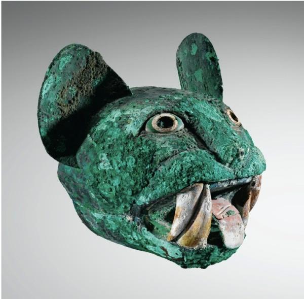 LOT 140TÊTE DE FÉLIN CULTURE MOCHICA NORD DU PÉROU 200-700 AP. J.-C. Mochica copper head of a feline, Northern Peru Cuivre oxydé, coquillage et turquoise h. 17 cm ; 6 3/4 et l. 18,5 cm ; 7 1/4 in PROVENANCE Collection Mathias Komor, New York, 1973 Collection Barbier-Mueller, Genève, Inv. n° 532-78 Estimate: €60,000-80,000