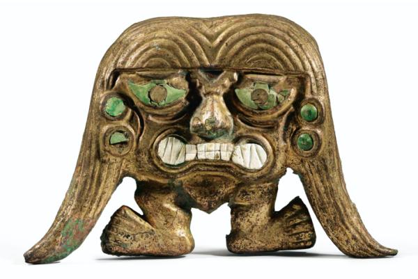 Lot 293. MASQUE-PERSONNAGE À DEUX NATTESCULTURE MOCHICA NORD DU PÉROU, 200-700 AP. J.-C.,Mochica copper mask, Northern Peru, h. 27 cm ; 10 1/2 in Estimate: 20,000-25,000